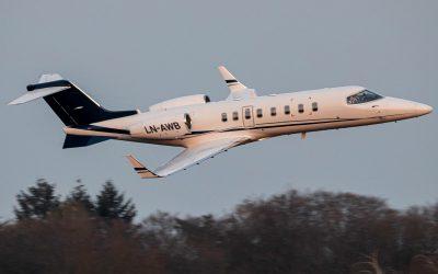 Airwing piloot groet spotters op bijzondere wijze.